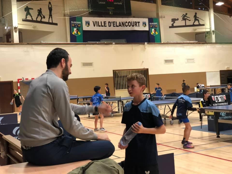 Jérôme PAULY en plein coaching auprès d'un jeune   Versaille Tennis de Table